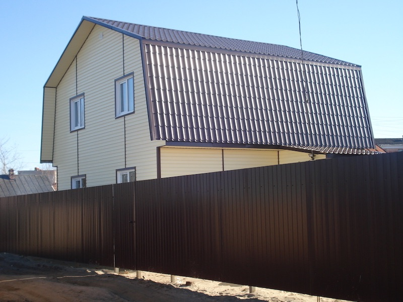Вид дома с забором из профнастила